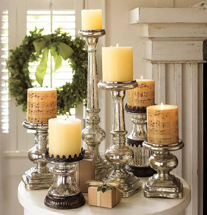 Новогодний декор: серебряные подсвечники и нотные листы