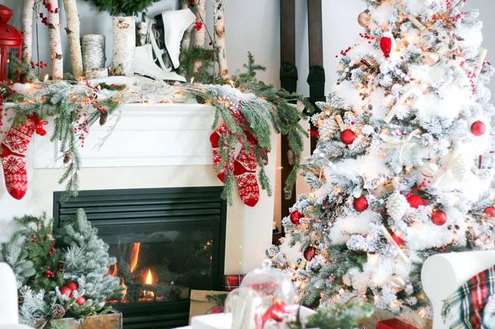 Красивый новогодний дизайн интерьера с белой заснеженной ёлкой