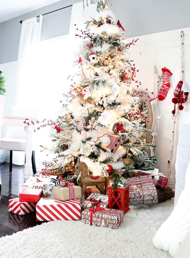 Большая ёлка, украшенная к новогодним праздникам