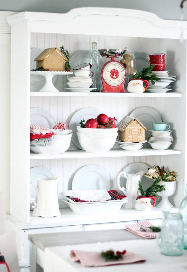 Белый буфет с красивой новогодней посудой