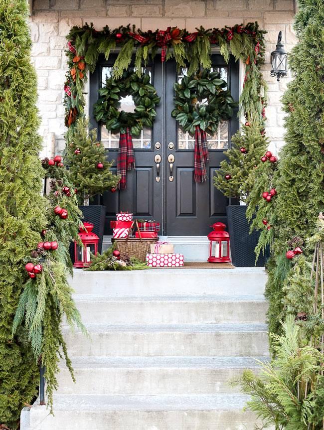 Красиво украшенное крыльцо дома в Канаде