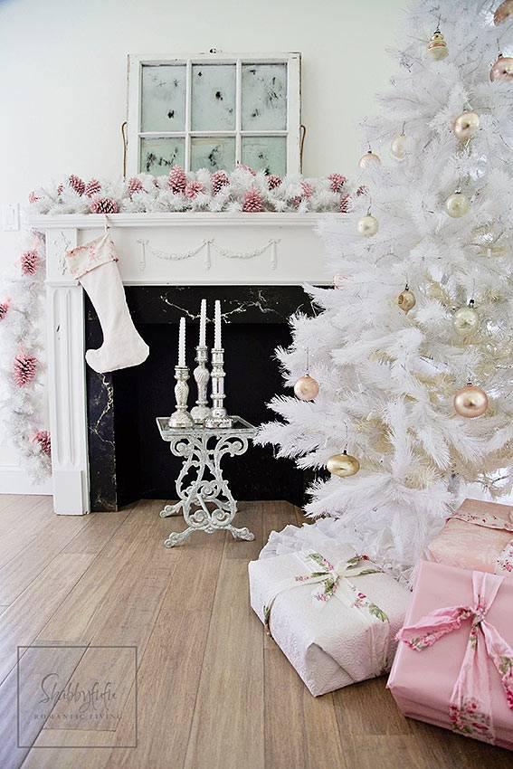 нежные оттенки новогодних украшений в доме