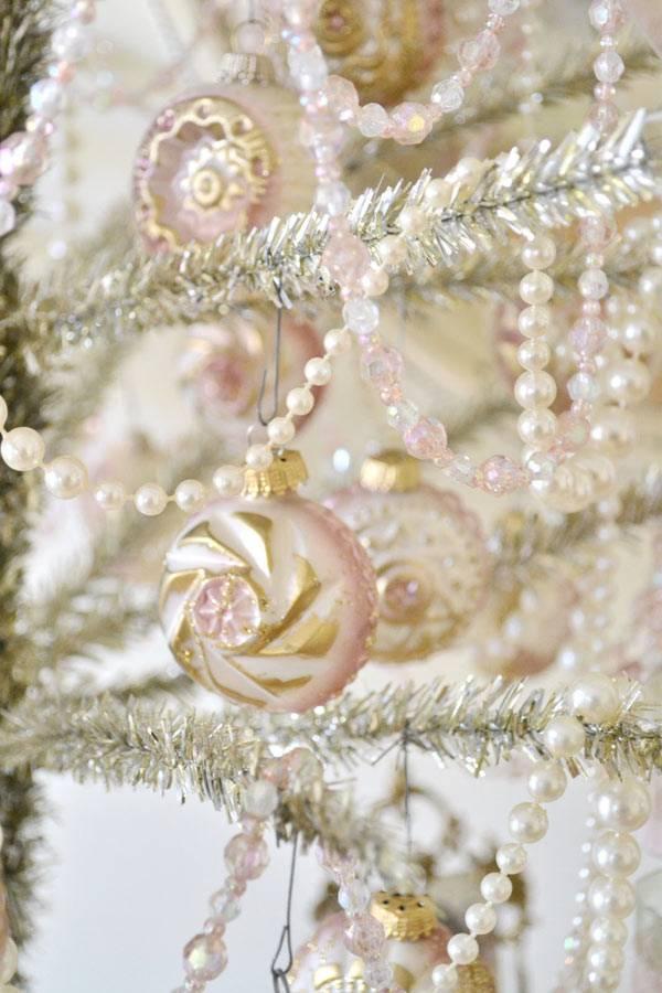нежно-розовый цвет новогодних игрушек