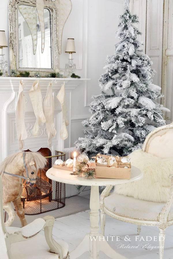 Белый цвет в декоре новогоднего дома с заснеженной елкой