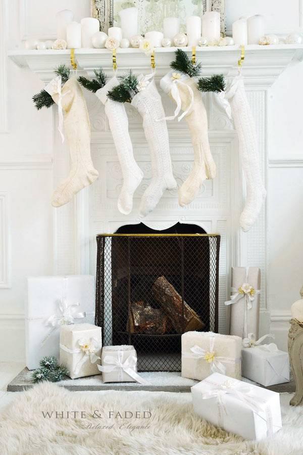 Красивый белый новогодний декор камина