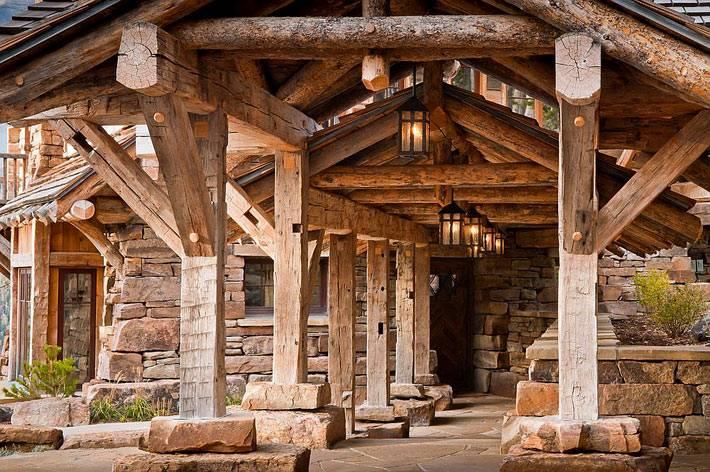 Дом из натурального дерева и камня в горах Монтаны