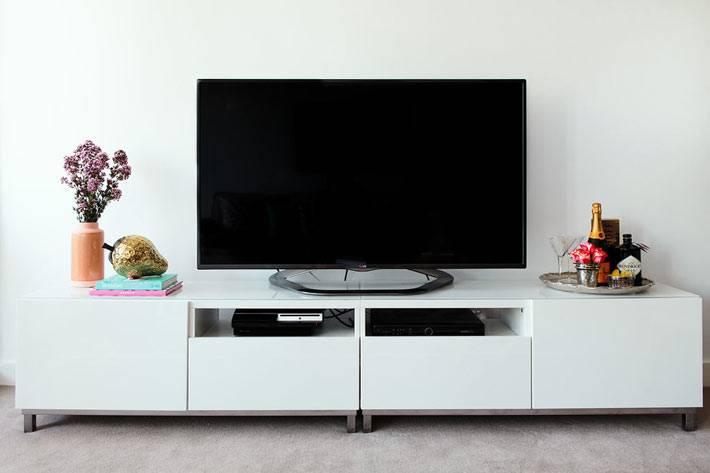 низкая белая тумба под большой телевизор