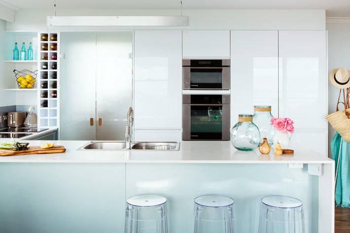 прозрачные пластиковые стулья на белой кухне