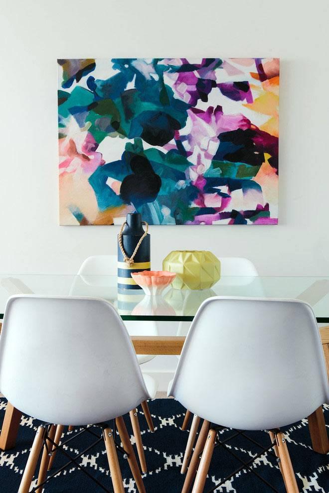 прозрачный стол и черный ковер в интерьере столовой фото