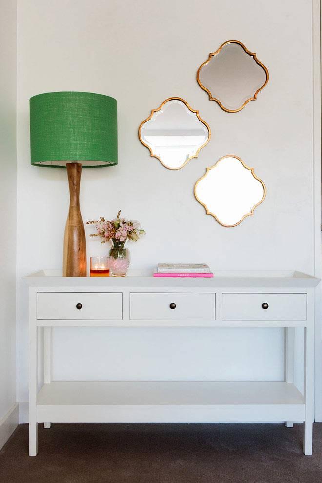 оригинальные фигурные зеркала и зелёный абажур лампы