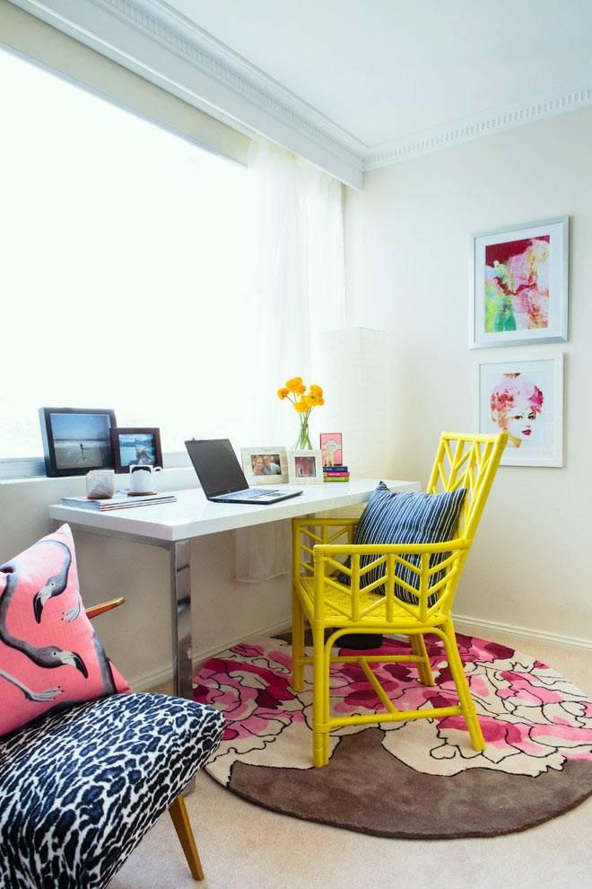 оформление рабочего места у окна с жёлтым стулом