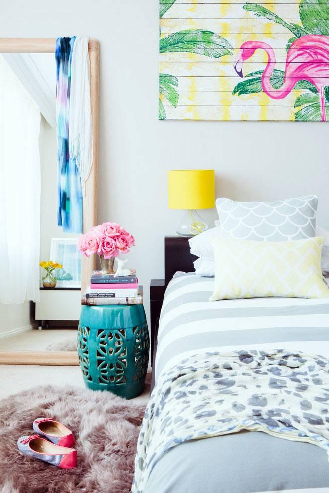яркие цвета в красивой спальне с китайским табуретом