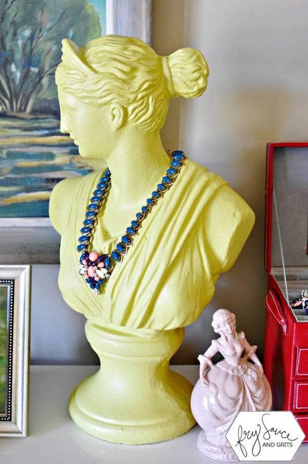 Желтый женский бюст из гипса для хранения бус