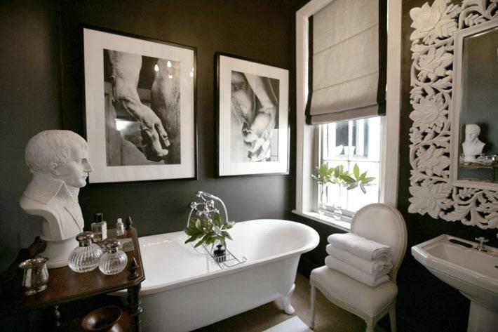бюст в интерьере ванной с черными стенами фото