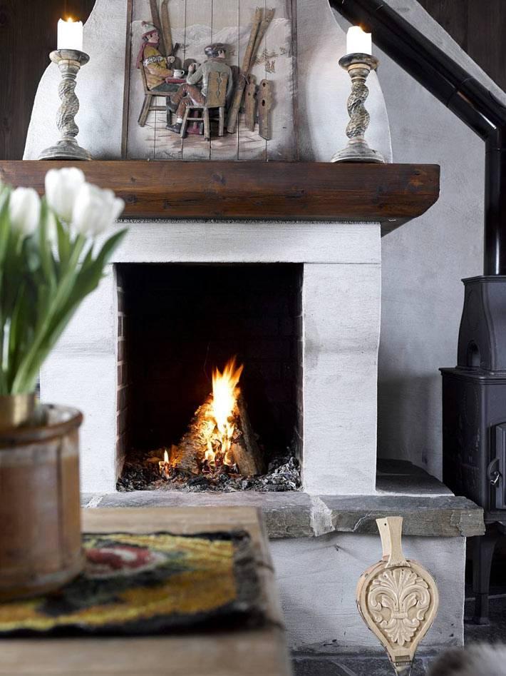 настоящий камин в зимнем интерьере дома