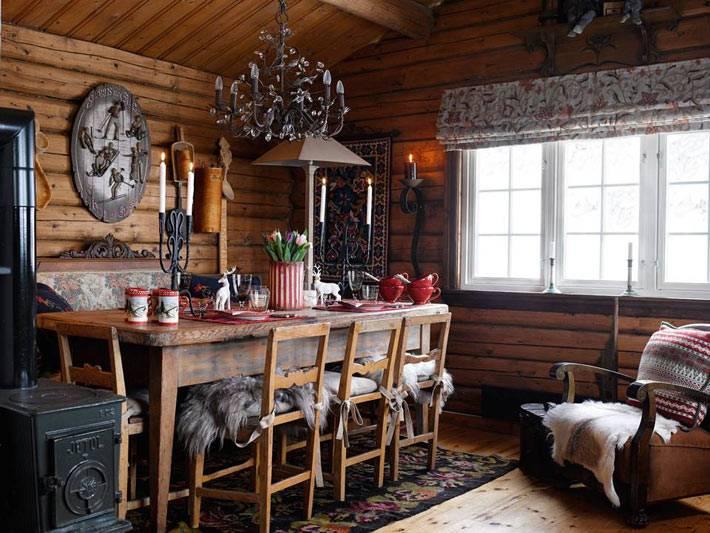 Столовая комната в доме из дерева в горах