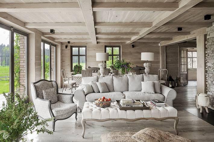 белая мягкая мебель и панорамный вид из гостиной фото