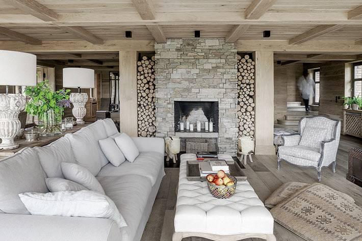 встроенный камин с дровами по бокам в гостиной комнате