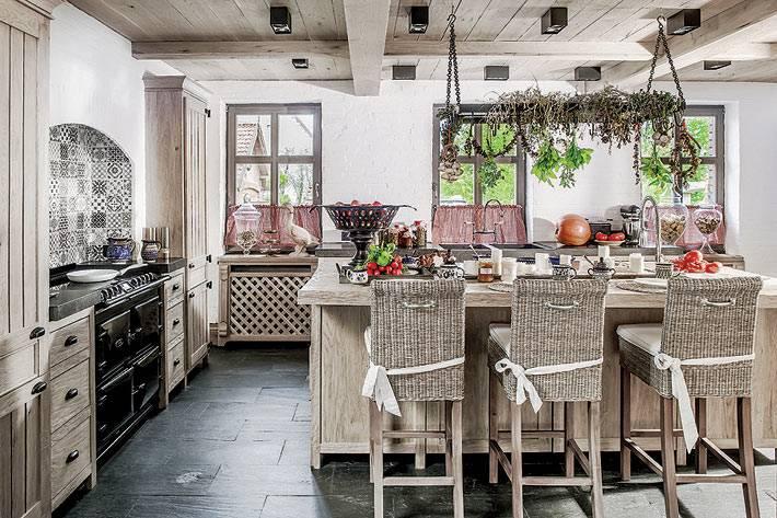 Уютный интерьер кухни в деревянному доме