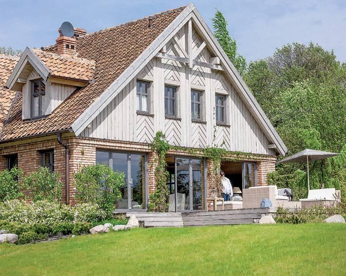 Красивый загородный дом в Польше с лужайкой