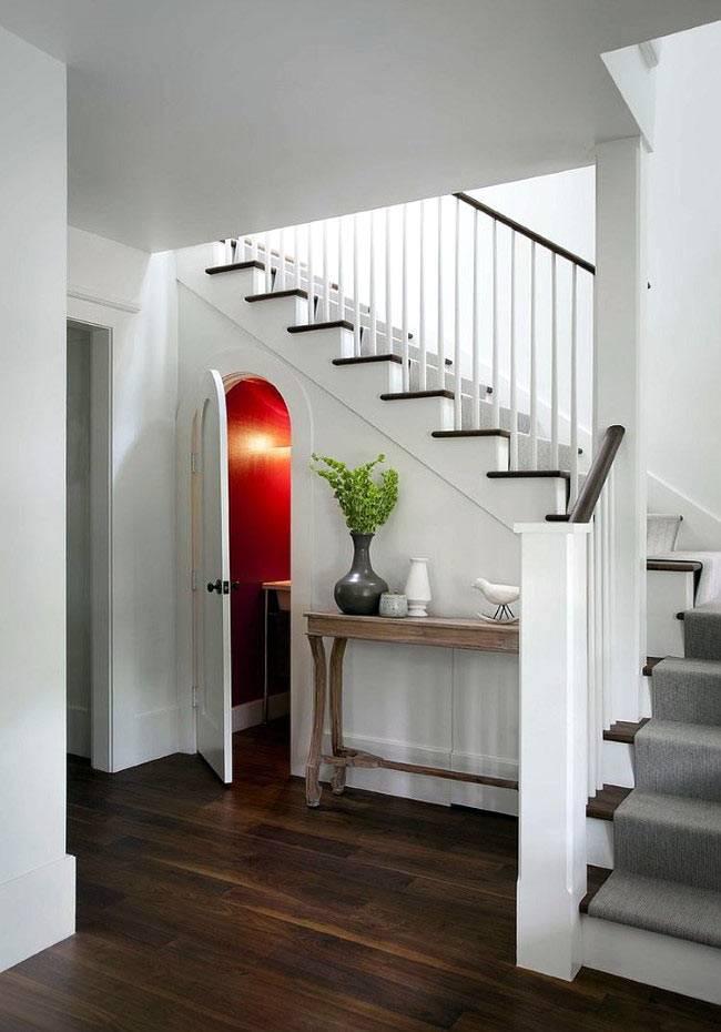 потайная ванная комната под лестницей фото