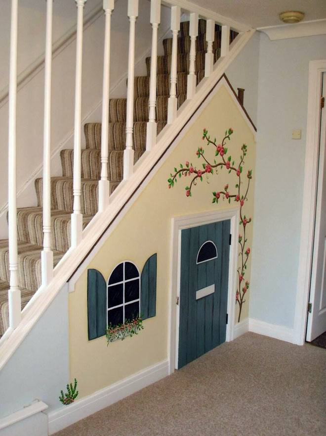 встроенный игровой домик для детей под ступенями