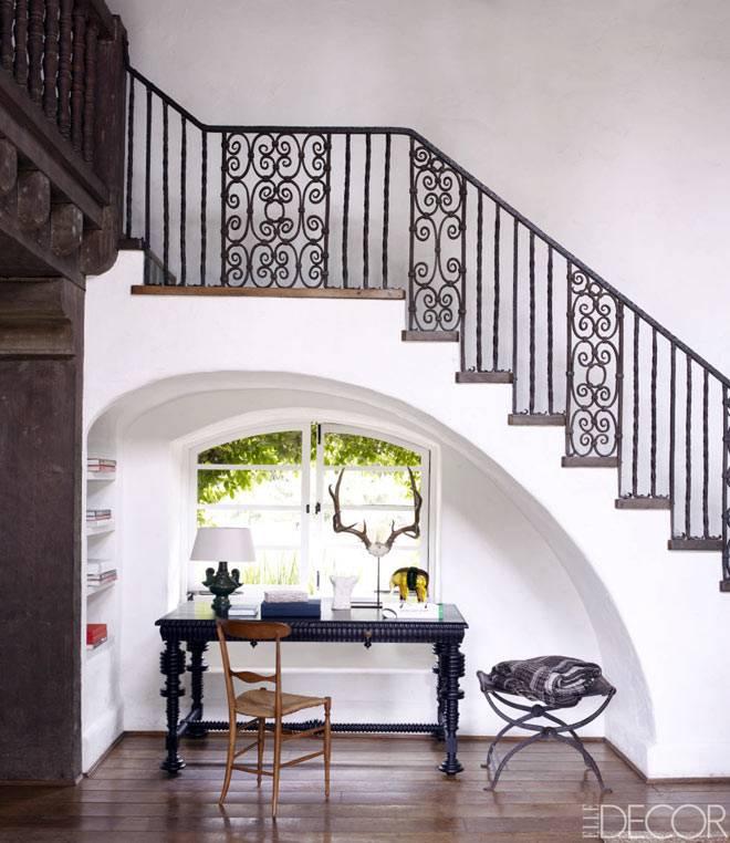 рабочее пространство под лестницей
