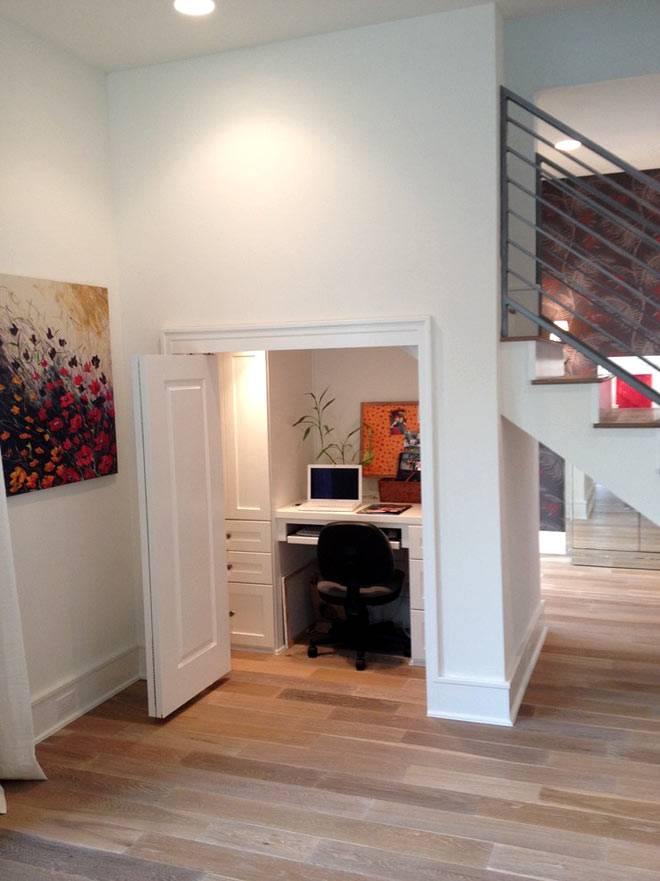 Рабочий кабинет под лестничными ступенями фото
