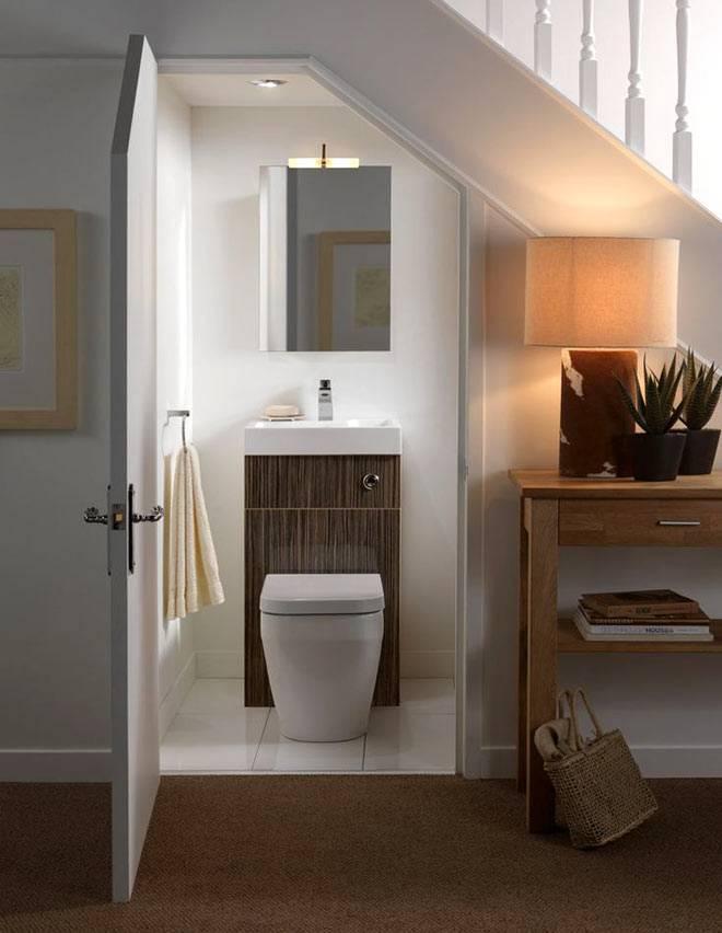 Туалет для гостей под ступенями лестницы фото
