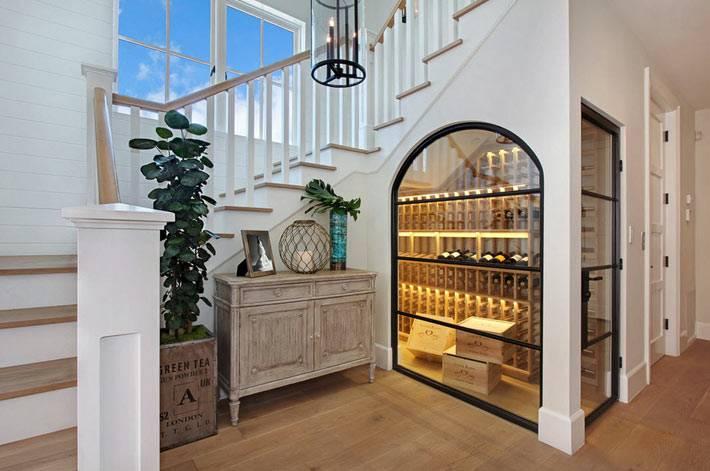 Винные стеллажи в помещении под лестницей в доме