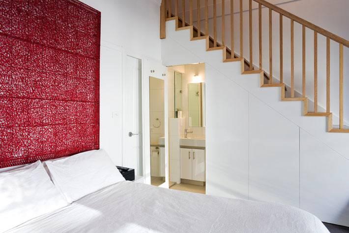 Ванная комната под ступеньками в интерьере спальни