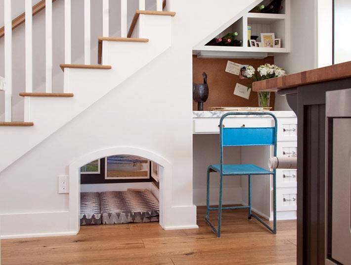 Домик для питомца под лестничными ступенями