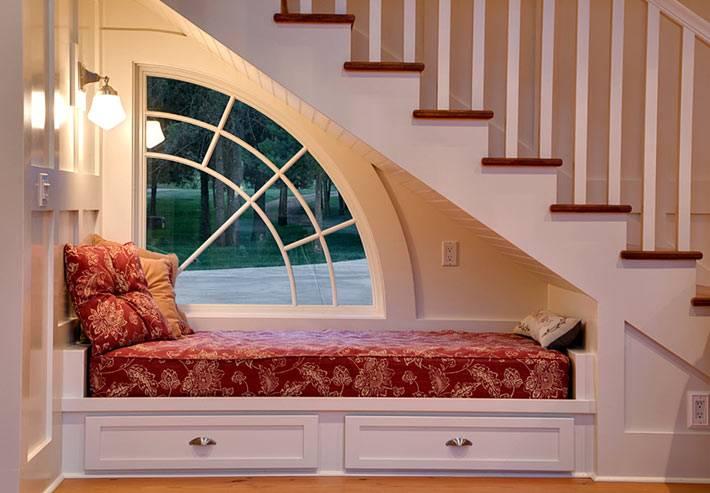 встроенная кровать в нише возле окна в доме