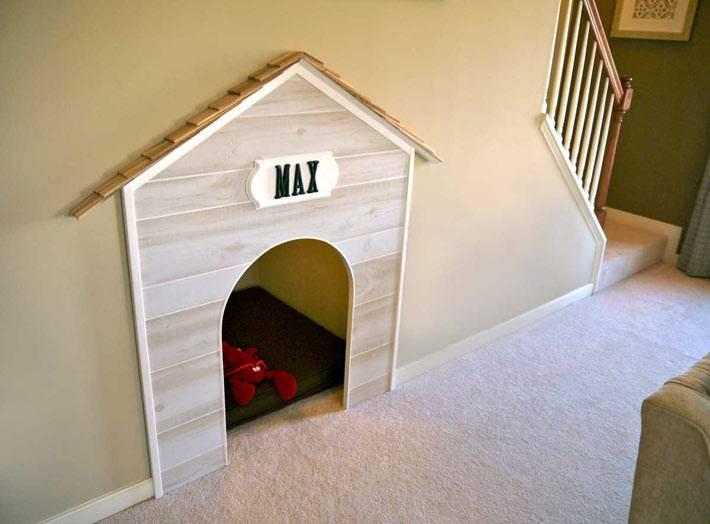 Комната-будка для собаки под лестницей фото