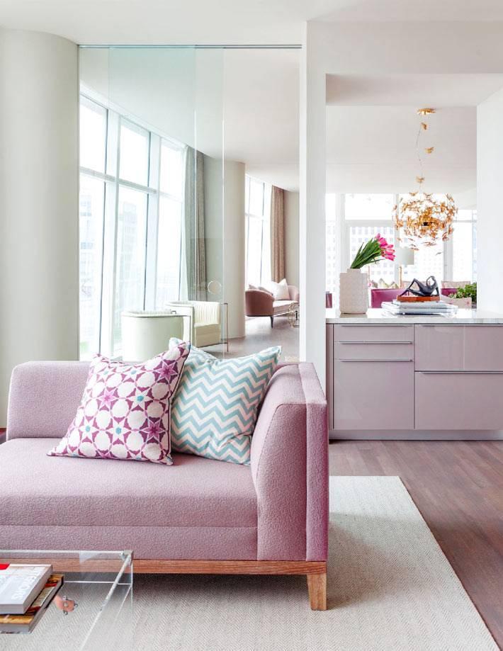 пастельно розовый цвет дивана в красивой гостиной