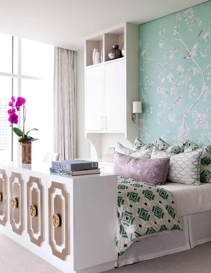 красивые светло-зеленые обои с птичками в спальне