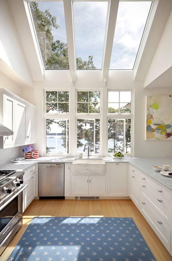 большое стеклянное окно в крыше над кухней фото