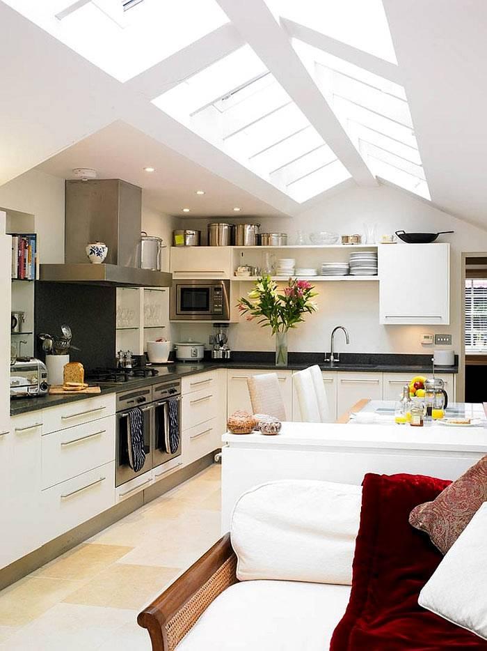 большое помещение кухни с потолочными окнами