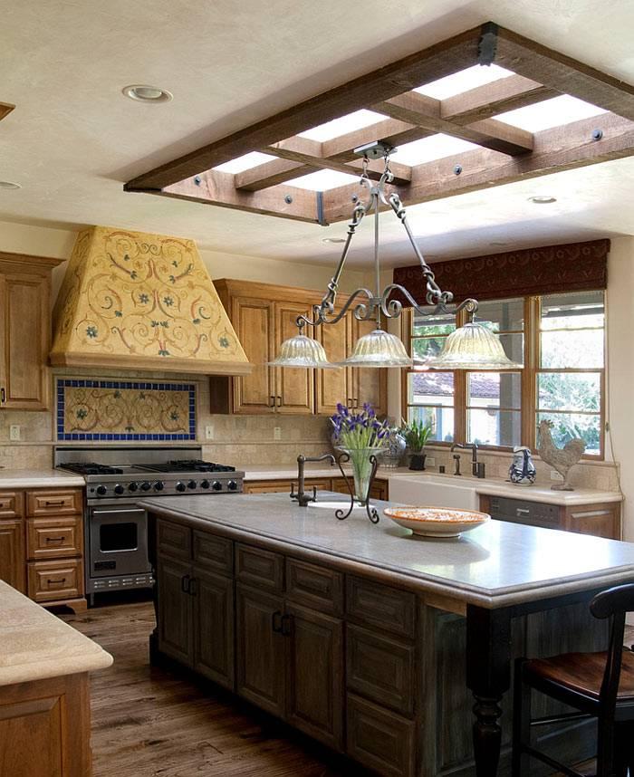Интерьер деревянной кухни с окном на потолке