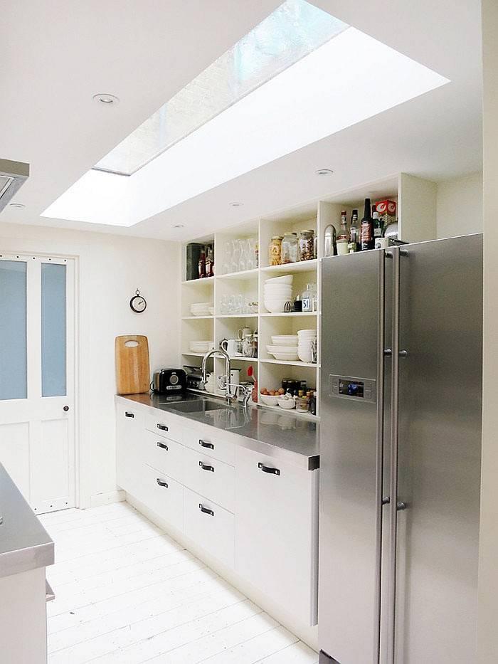 верхнее окно в дизайне кухни обеспечивает максимум света