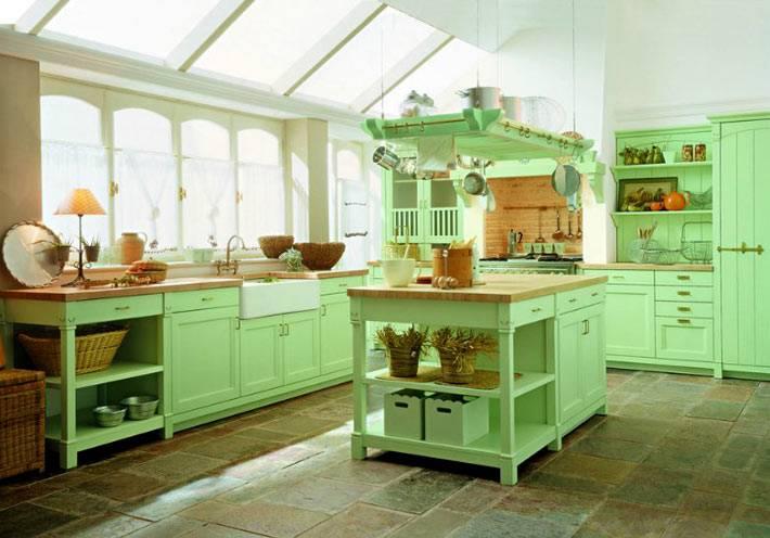 зленый интерьер кухни с мансардными окнами