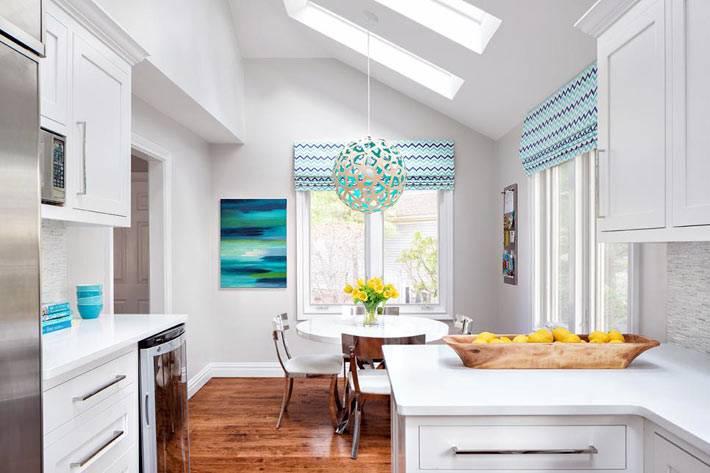 голубые римские шторы на кухонных окнах
