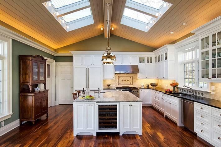 большие мансардные окна в дизайне кухни