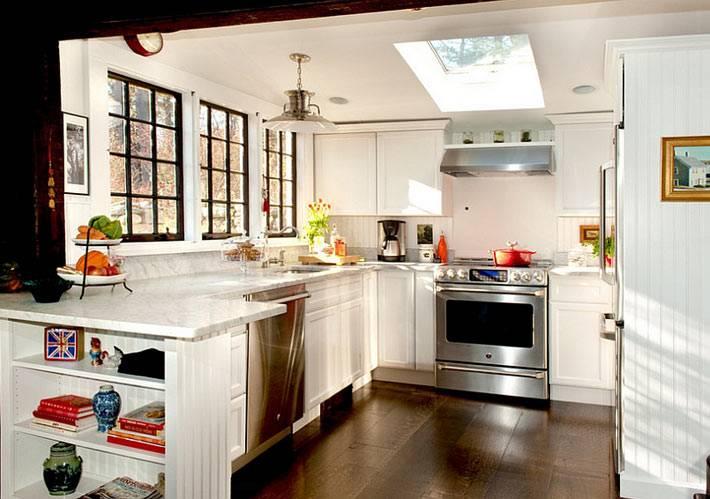 окна с черными рамами и окно в крыше в дизайне кухни