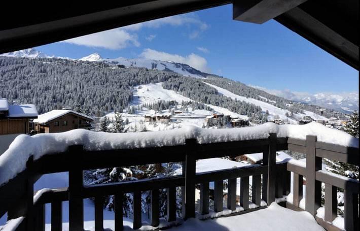 красивый вид на горы с террасы зимнего шале