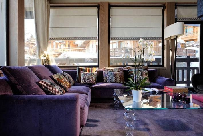благородный дизайн интерьера шале с фиолетовым диваном
