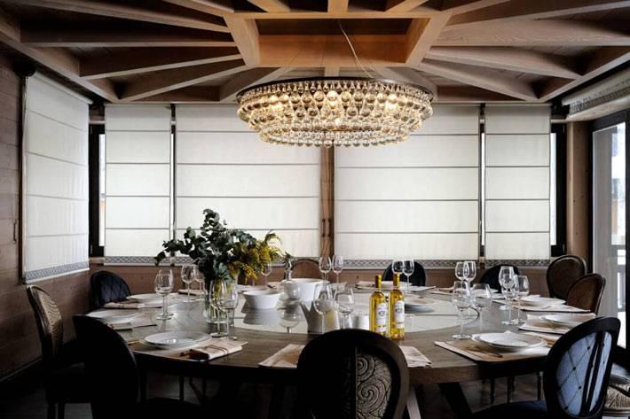 деревянный потолок с узором и хрустальной люстрой