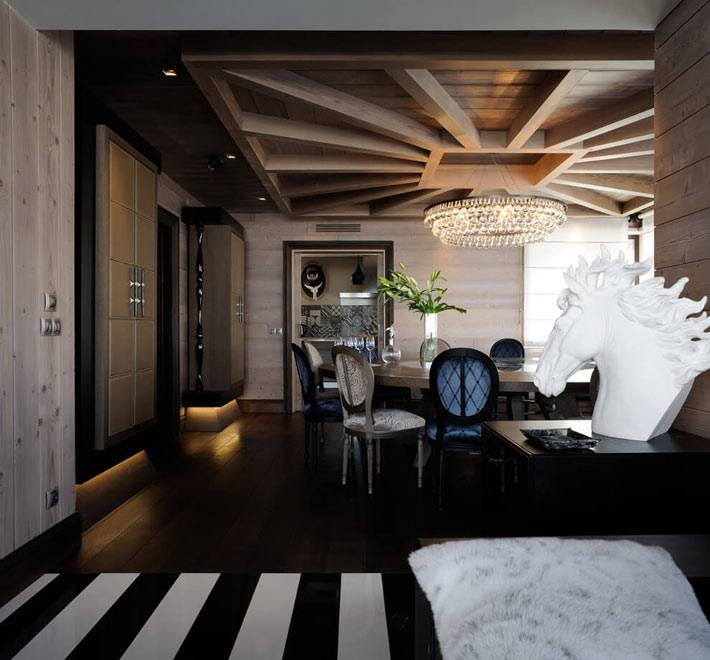 коричневый цвета и деревянная отделка интерьера дома