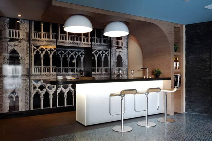 красивые фотообои с колоннами за барной стойкой в доме