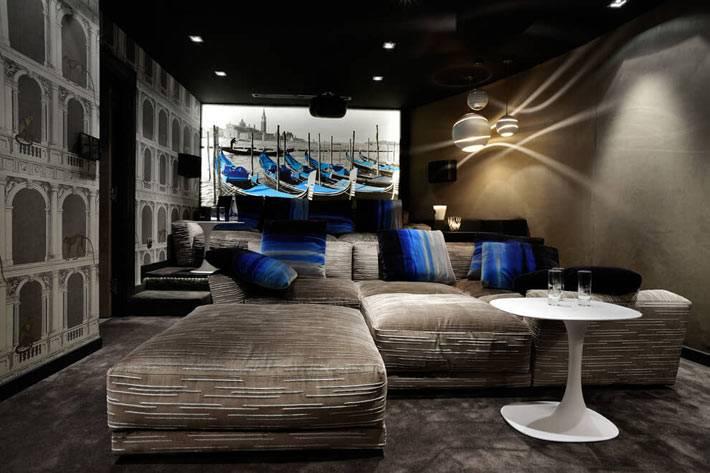 необычный дизайн комнаты отдыха в темно-коричневом цвете